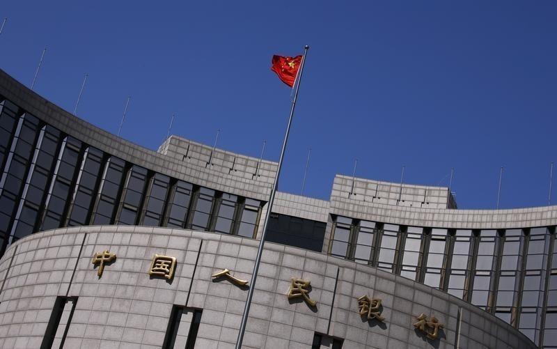 12月30日、中国人民銀行(中央銀行)は少なくとも3行の外国銀行を対象に、一部外為業務を来年3月末まで停止させた。事情を直接知る関係筋3人が30日、ロイターに明らかにした。写真は北京の中国人民銀行本部。2014年4月撮影(2015年 ロイター/Petar Kujundzic)